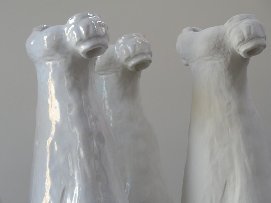 Installation Bal Blanc 2, robe Empire, hauteur 38 cm, différents émaux de blanc