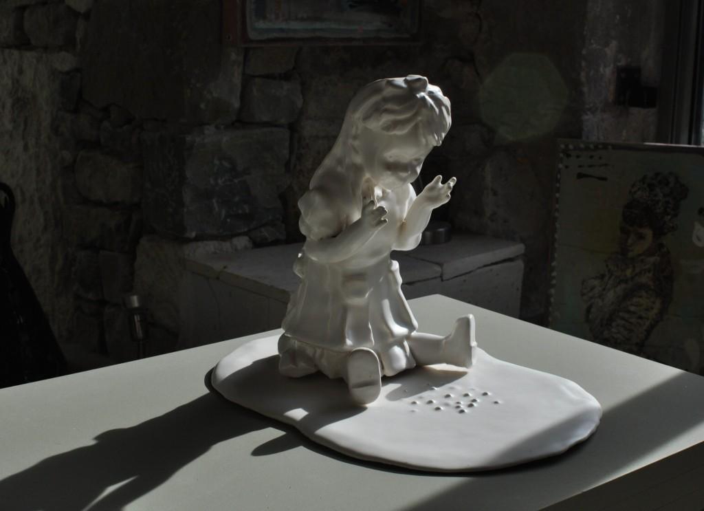 """Sculpture Pièce Unique, """"Alice dans sa mer de larmes"""" faïence émaillée blanc satiné"""