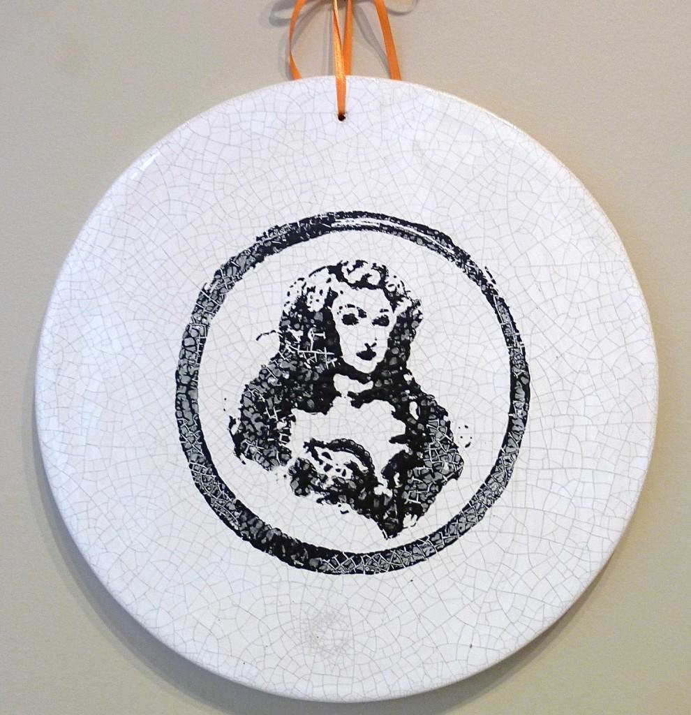 Médaillon en faïence émaillée, diam 26 cm, portrait de Me de Montespan, 2012
